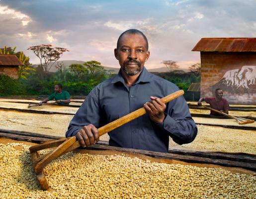 мъж обработва кафе